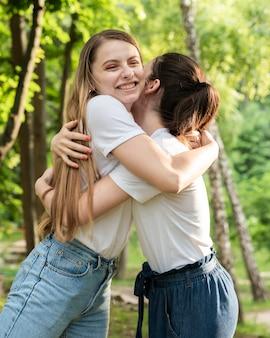 Dziewczyny uśmiechnięte i przytulające się
