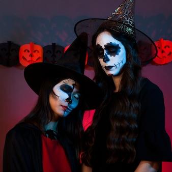 Dziewczyny w kostiumie czarownic