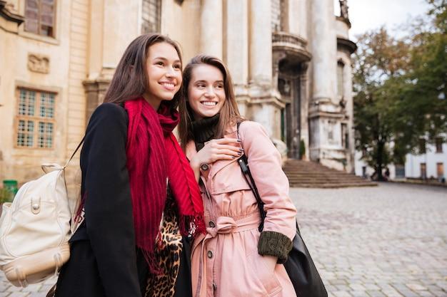 Dziewczyny w płaszczach na ulicy.