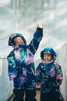 Dziewczyny w tych samych ciepłych kombinezonach. odzież zimowa dla dzieci w każdym wieku