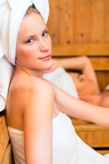 Dziewczyny w wellness spa korzystających z infuzji sauny