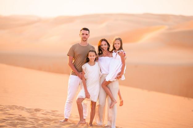 Dziewczyny wśród wydm na pustyni rub al-khali w zjednoczonych emiratach arabskich