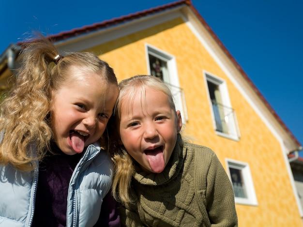 Dziewczyny wystają język