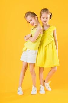Dziewczyny z bliźniaków stoją razem