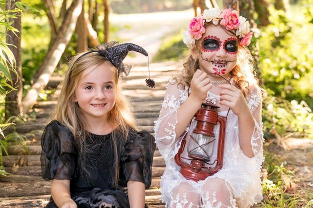 Dziewczyny z kostiumem na halloween na zewnątrz