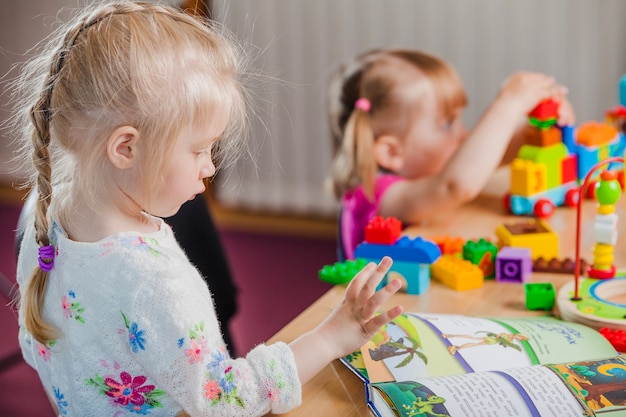 Dziewczyny z książki i kolorowe zabawki