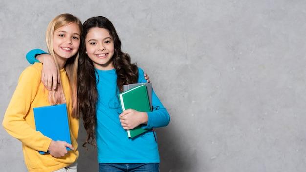 Dziewczyny z miejsca kopiowania z przytulaniem książek