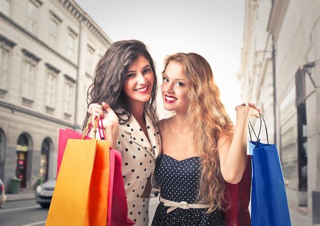 Dziewczyny z torbami na zakupy