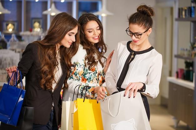 Dziewczyny z torbami w butiku.