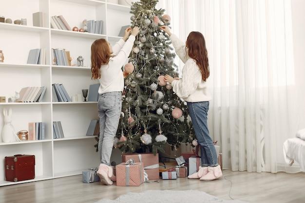 Dziewczyny z zabawkami świątecznymi. kobiety w domu. siostry przygotowują się do wakacji.