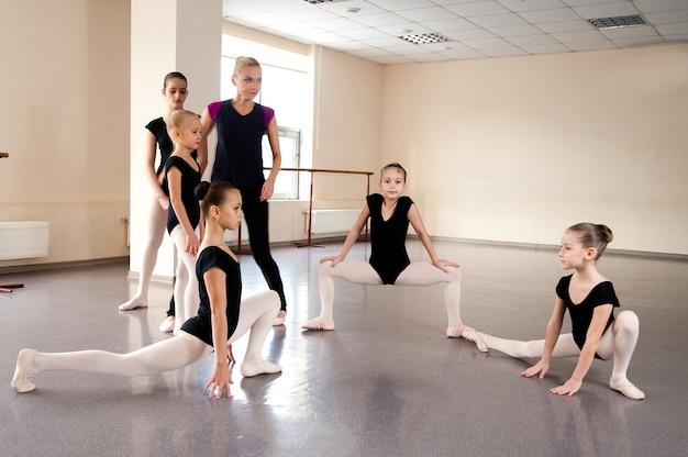 Dziewczyny zajmują się choreografią w klasie baletowej.