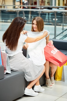 Dziewczyny zakupy na wyprzedaży