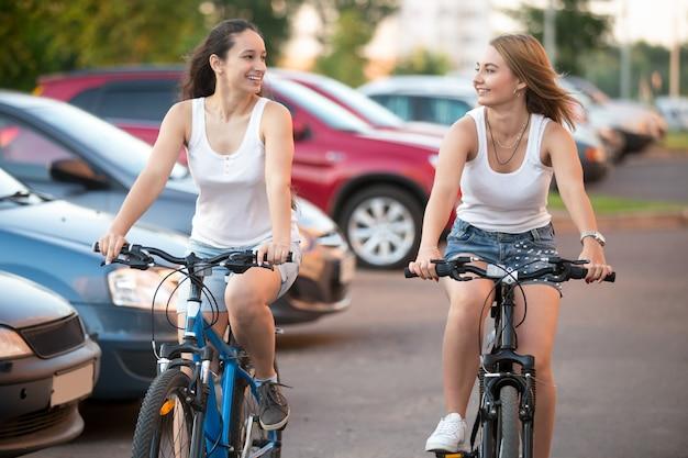 Dziewczyny zamontowane na rowerze