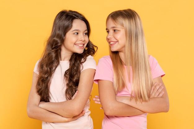 Dziewczyny ze skrzyżowanymi rękami