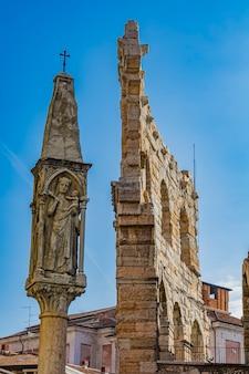 Dziewica maryja z dzieciątkiem jezus, xv-wieczny posąg na piazza bra w weronie, włochy