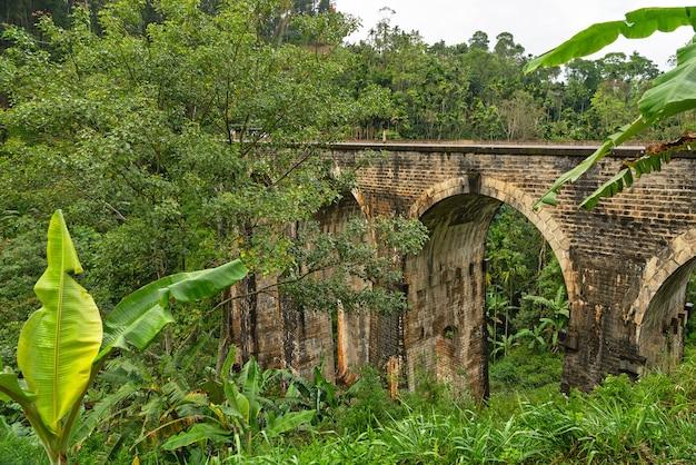 Dziewięcio łukowy most w elli