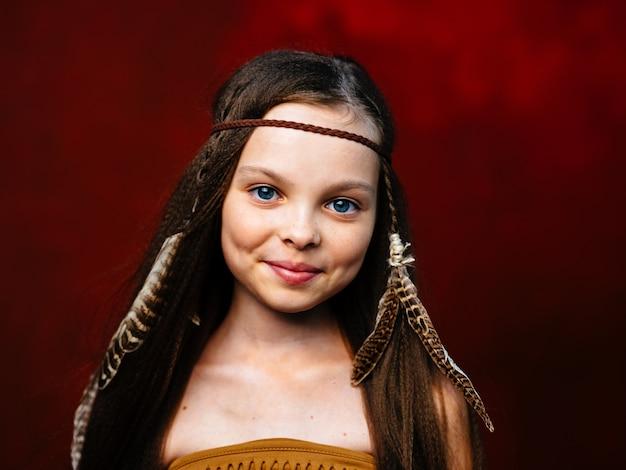 Dzika dziewczyna aborygeni czerwony w modelu nakrycia głowy włosów