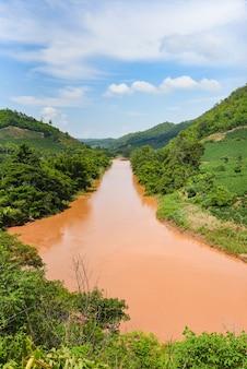 Dzika naturalna sceneria rzeki po deszczu w południowo-wschodniej azji