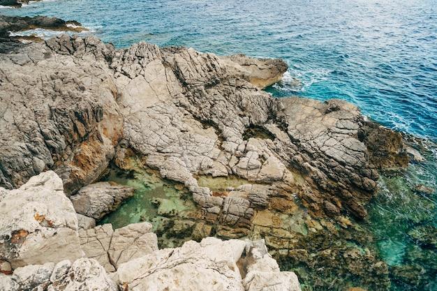 Dzika plaża na skałach wybrzeża adriatyku w czarnogórze