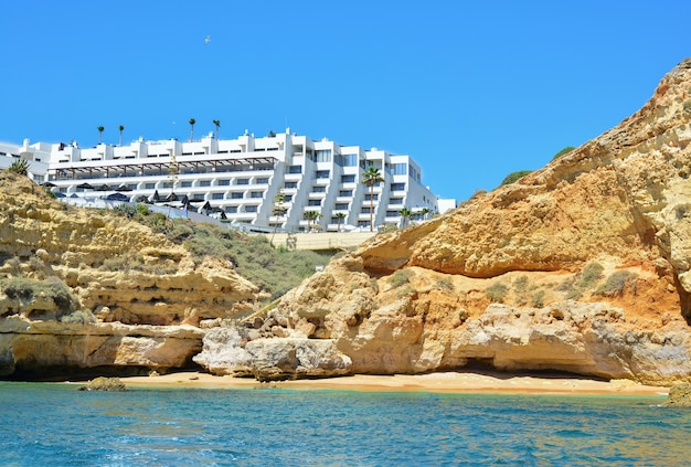 Dzika plaża pod skałami na południu portugalskiego regionu algarve