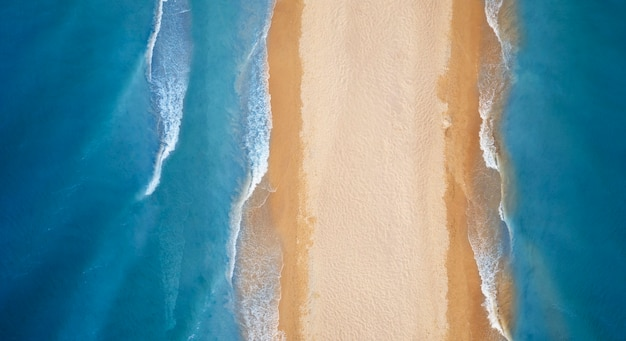 Dzika tropikalna plaża i czysty piasek