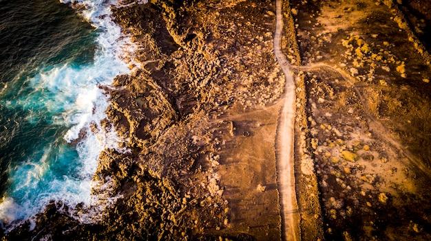 Dzika ziemia widok z lotu ptaka z czystą ścieżką nikt tam i ocean wces na wybrzeżu - odkryty krajobraz i koncepcja wakacji wolności - podróżuj po świecie