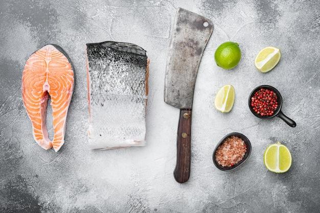 Dziki alaskan sockeye lub zestaw filetów z łososia coho, na szarym tle kamiennego stołu, widok z góry płaski lay