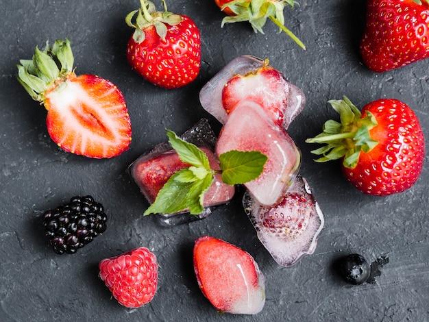 Dzikie jagody w kostkach lodu