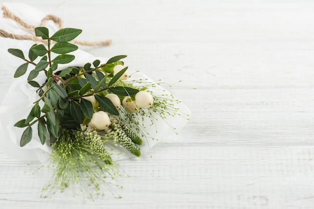 Dzikie kwiaty, liście, gałązki na drewniane tła