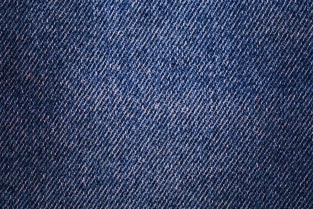 Dżins z teksturą. tkanina szorstka, przetarta, z niewielkimi defektami, lekko pociemniała na rogach.