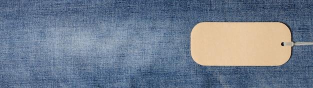 Dżinsowa. niebiescy dżinsy tekstura dla tła. etykieta do pisania tekstu. skopiuj miejsce koncepcja sprzedaży towarów w sklepie.