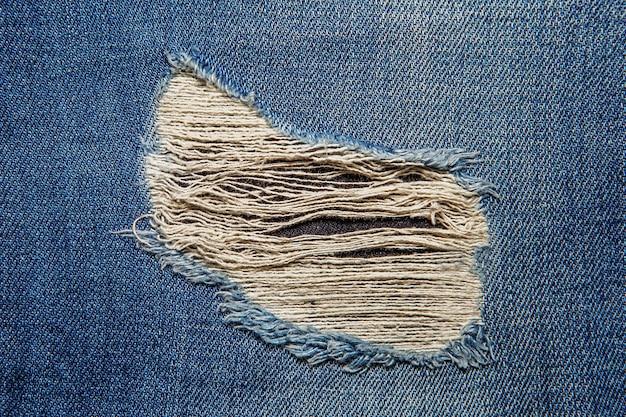 Dżinsowe jeansy ze starym podartym tłem