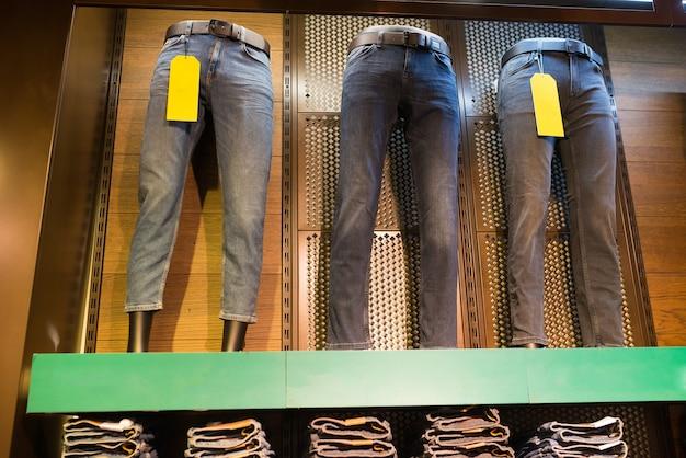 Dżinsy na manekinach w sklepie odzieżowym