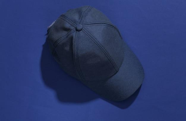 Dżinsy niebieska czapka na klasycznym niebieskim jasnym tle z głębokim cieniem.