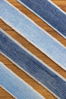 Dżinsy paski na tle drewniane tekstury