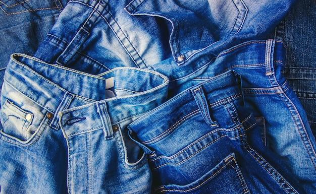 Dżinsy. stylowe ubrania. selektywna ostrość. czas zakupów.