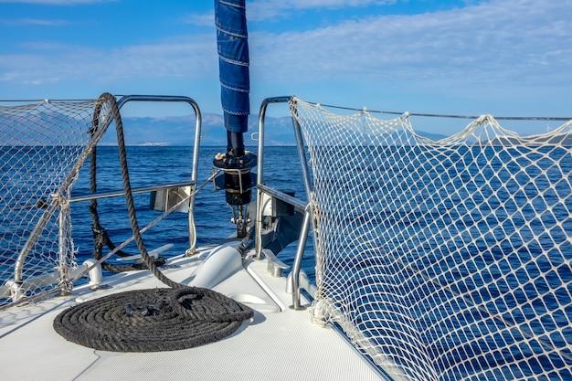 Dziób jachtu żaglowego na morzu. twist sztaksla i wiele lin