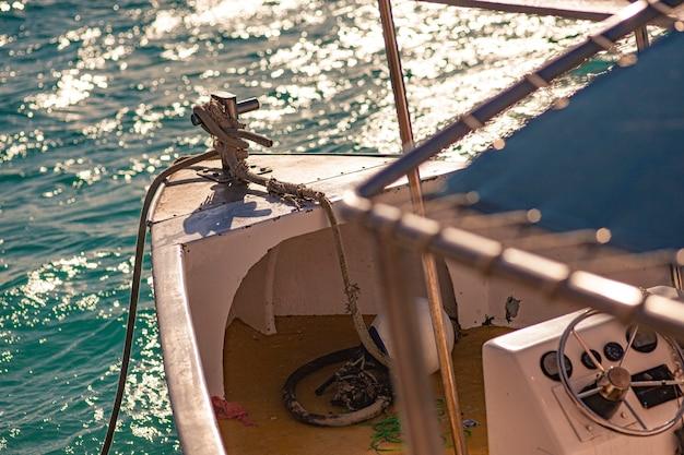 Dziób małej łodzi na morzu