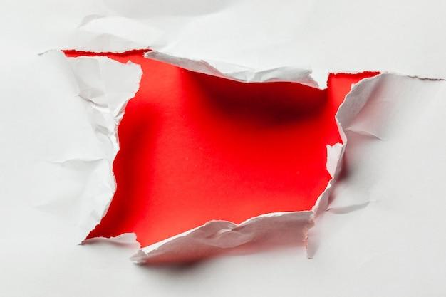 Dziura w papierze z poszarpanymi bokami
