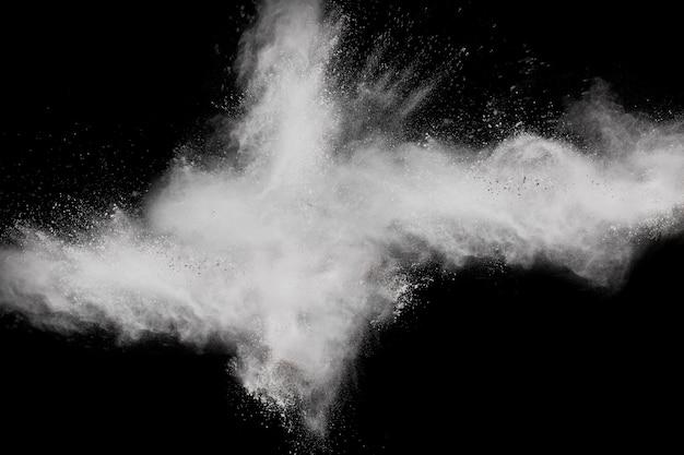 Dziwaczne formy chmury białego proszku wybuchu na ciemnym tle