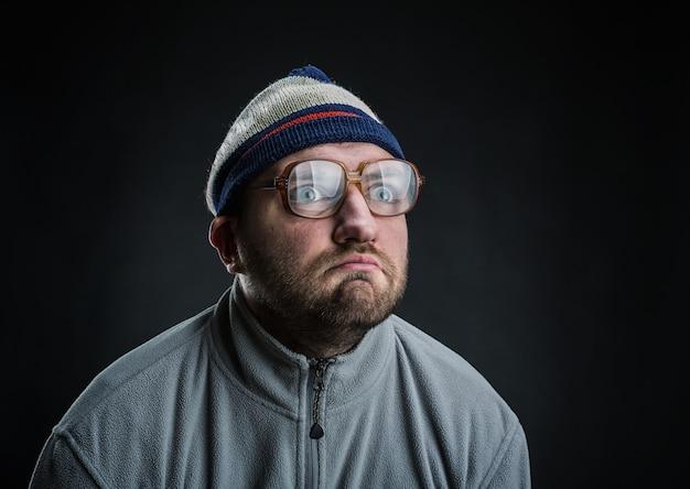 Dziwaczny mężczyzna w kapeluszu i okularach