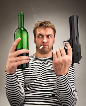 Dziwaczny żeglarz wybierający między butelką a pistoletem