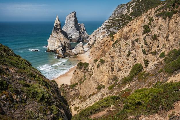 Dziwne skały na plaży praia da ursa, sintra, portugalia