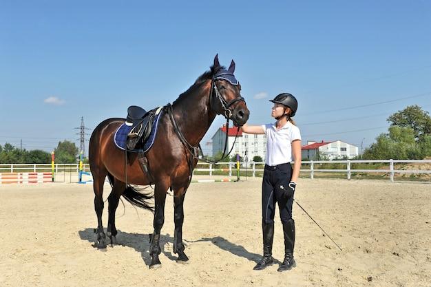 Dżokej dziewczyna na farmie z jej koniem