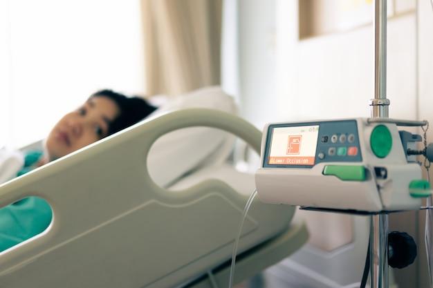 Dźwięk alarmu pompy infuzyjnej iv dla okluzji w szpitalu