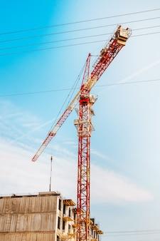 Dźwig budowlany ciągnie bloki konstrukcyjne