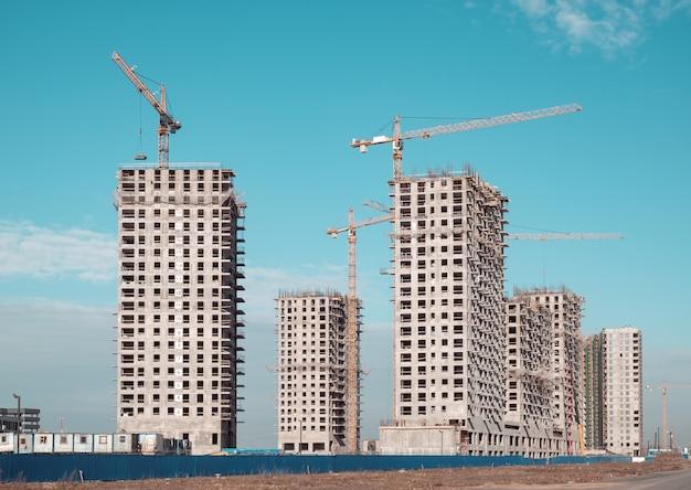 Dźwig budowlany i budynki w budowie