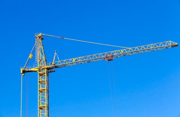 Dźwig budowlany podczas budowy