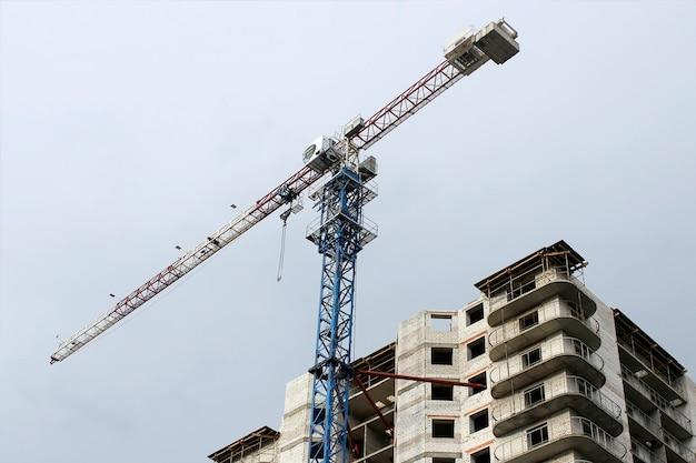 Dźwig na dużej wysokości na placu budowy