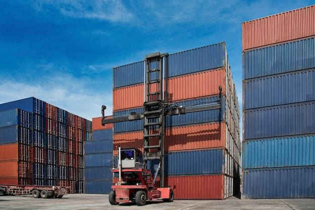 Dźwig podnoszący logistyczny kontenera pudełko w stoczni, logistyki pojęcie